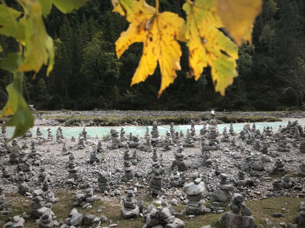 Karwendelgebirge Seefeld: Die Steinmännchen begleiten auf dem Weg im Hinterautal zum Isarursprung
