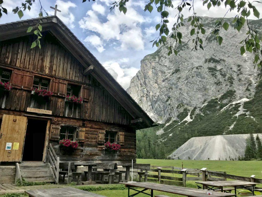 Übernachten in Scharnitz - auf der Kastenalm gibt es nur Essen und Trinken