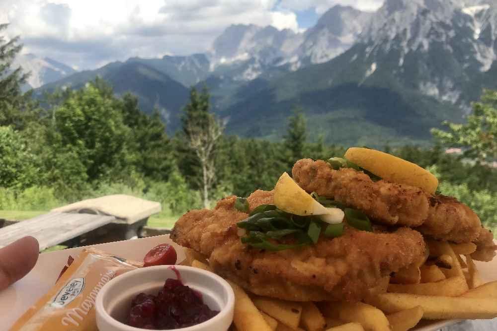 Auf einer Hütte einkehren mit tollem Bergblick: Die Korbinianhütte