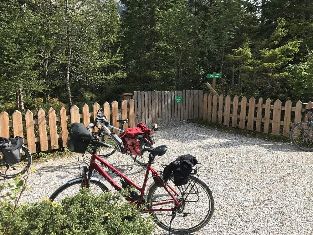 Isarursprung Fahrrad Ausflug - Ende der Isar-Radtour. Das ist der Radparkplatz beim Isarursprung