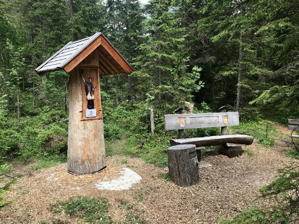 Der Rastplatz beim Isarursprung - schattig im Wald, auch mit Brotzeittisch