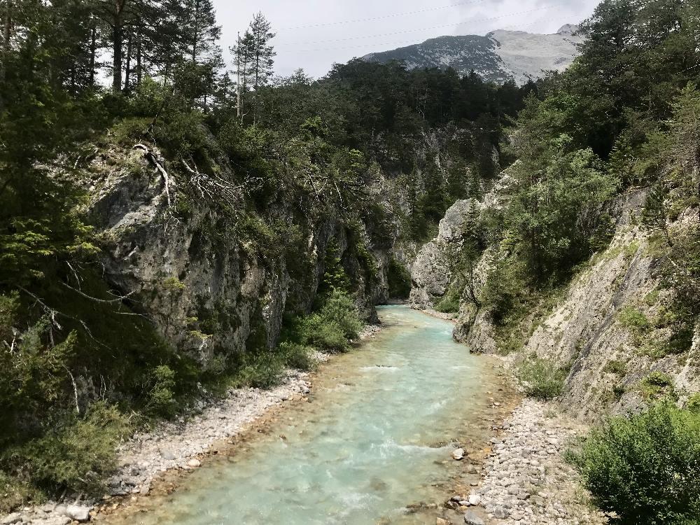 Das ist der Blick hinein ins schmal Karwendeltal mit der Karwendelklamm