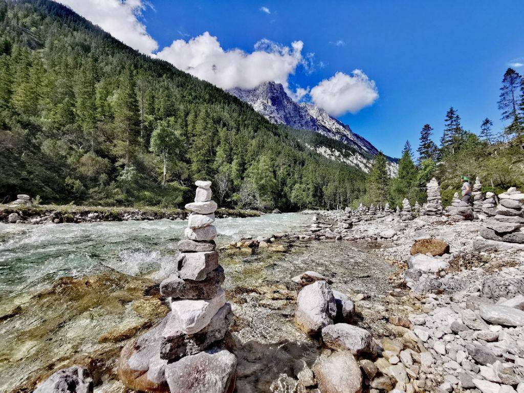 Viele Steinmännchen säumen das Hinterautal Richtung Isarursprung im Karwendel